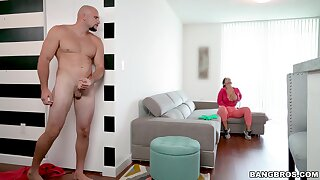 Quickie fucking in the living-room with large ass Rose Monroe