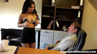 Eleemosynary older boss gives monet to his secretary Bella be worthwhile for a quickie